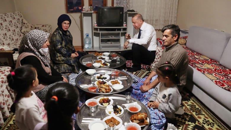 صورة للإفطار الرمضاني الذي حضره أردوغان وزوجته