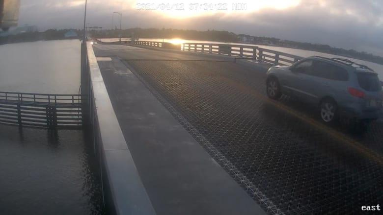 كاميرا مراقبة ترصد سيارة تقفز من فوق جسر متحرك لحظة إغلاقه
