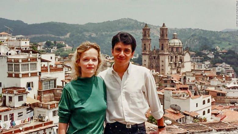 إليك تفاصيل قصة حب ثنائي وتعارفهما في مطار المكسيك