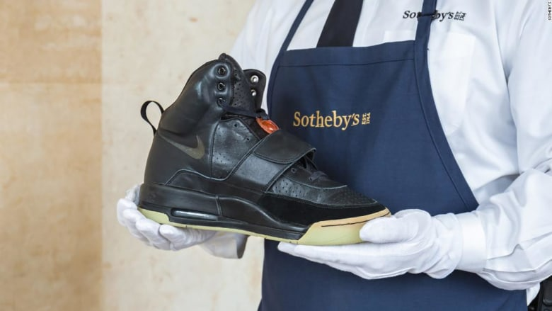 الأغلى في العالم..حذاء كانييه ويست يباع مقابل 1.8 مليون دولار ويحطم الرقم القياسي
