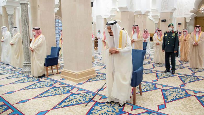 العاهل السعودي الملك سلمان بن عبدالعزيز يؤدي صلاة عيد الفطر