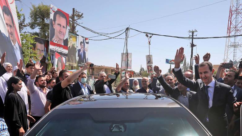 بشار الأسد يحيي جمعا من مؤيديه في دوما