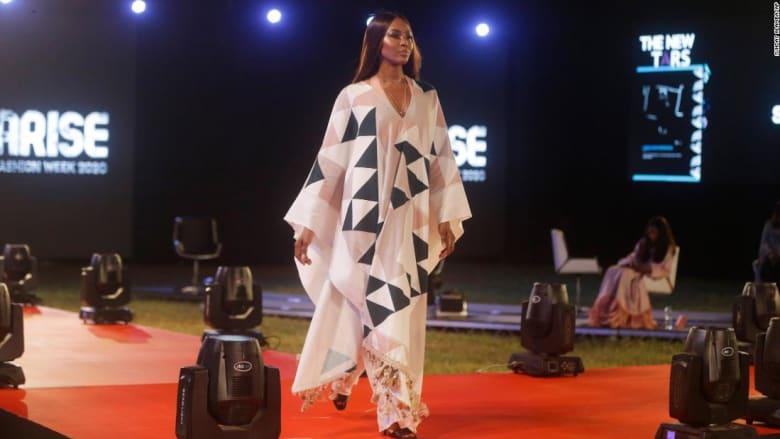 كيف فاجأت نعومي كامبل هذا المصمم النيجيري على منصة العرض