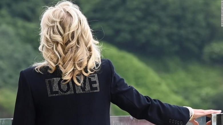 كلمة على معطف زوجة بايدن تثير الجدل.. ما سرها؟