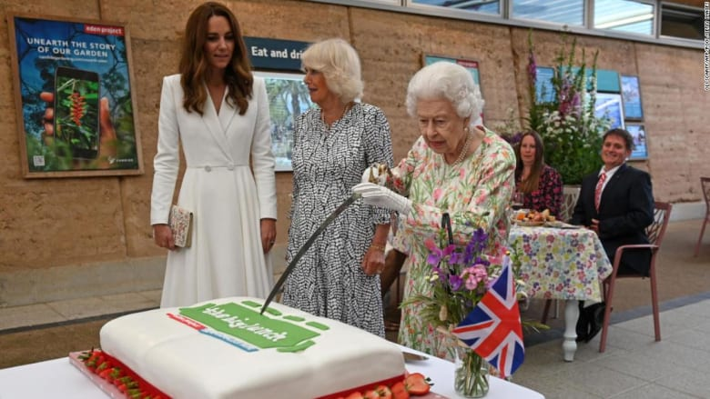 شاهد الملكة إليزابيث وهي تقطع كعكة كبيرة بالسيف