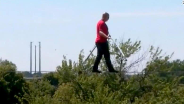 على ارتفاع شاهق.. مغامر متهور يسير على سلك رفيع بطول 320 قدمًا