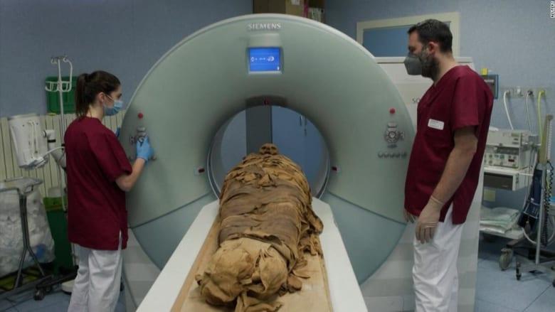 شاهد.. مومياء مصرية تخضع لفحص بالأشعة المقطعية