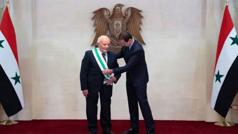 تقليد الأسد لأصلان بالوسام