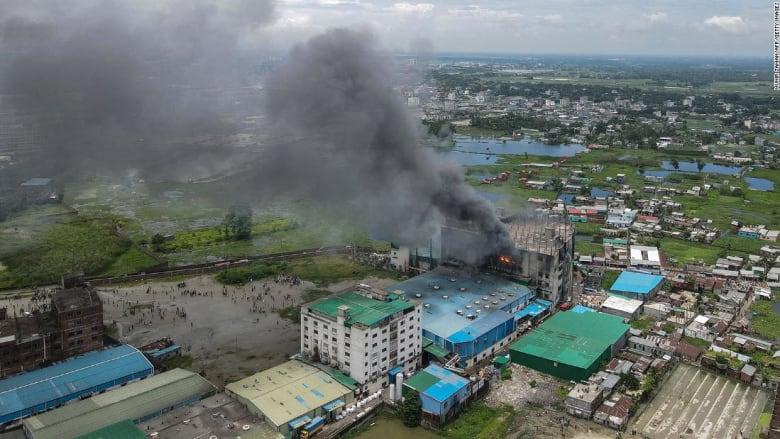 خلف أكثر من 50 قتيلا.. شاهد لحظات اندلاع حريق هائل بمصنع في بنغلاديش