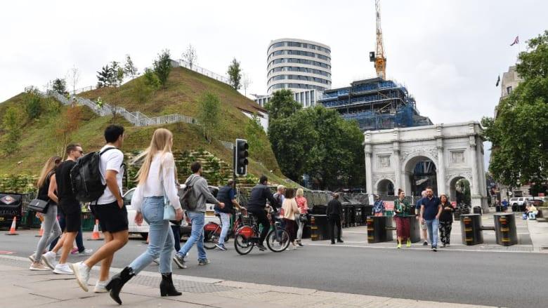 """""""أسوأ موقع"""".. أحدث موقع سياحي افتُتح في لندن عبارة عن كومة من التراب"""