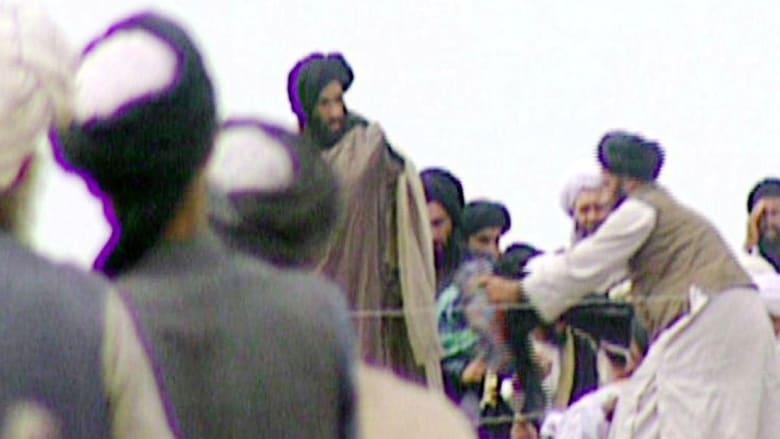 صورة من مقطع فيديو لقناة BBC تظهر الملا محمد عمر (منتصف الصورة) مع موالين في قندهار 1996