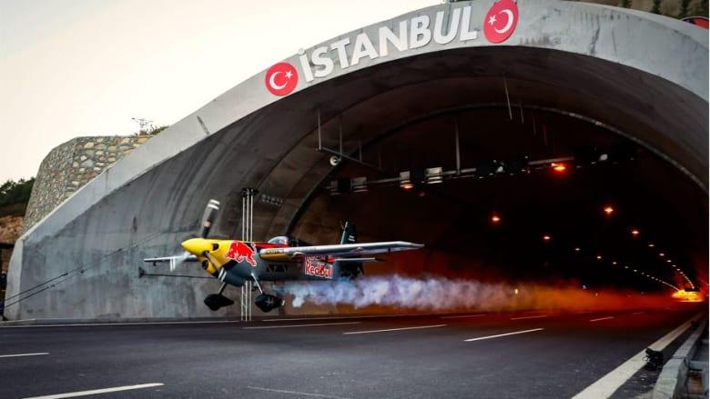 حقق هذا الإيطالي رقما قياسيا لقيامه بأطول رحلة طيران عبر نفق في تركيا