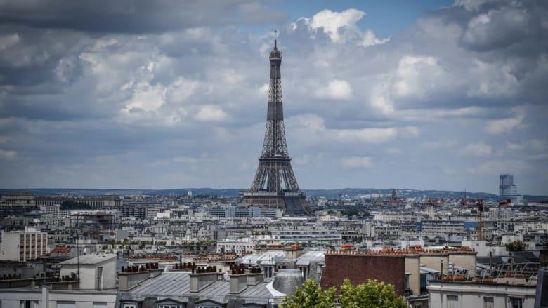 فرنسا تمنع دخول السياح الأمريكيين غیر الملقحين إلی البلاد