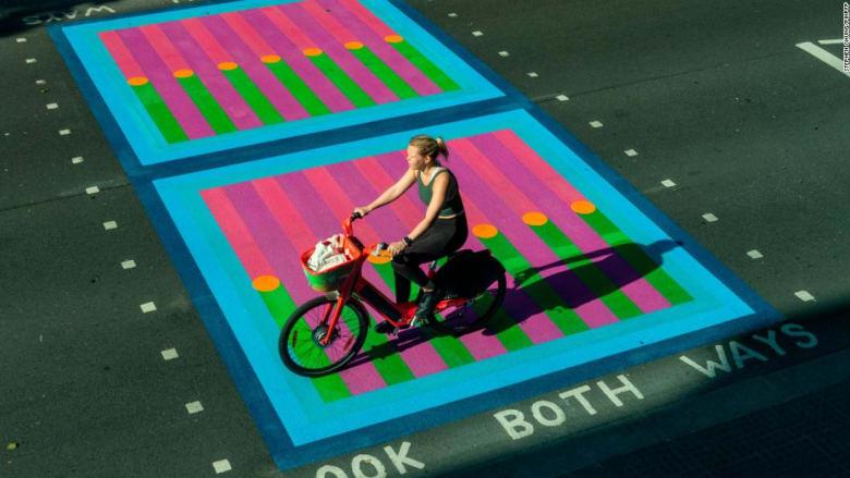 مصمم يضفي طابعًا فنيًا على شوارع لندن.. ما السبب؟