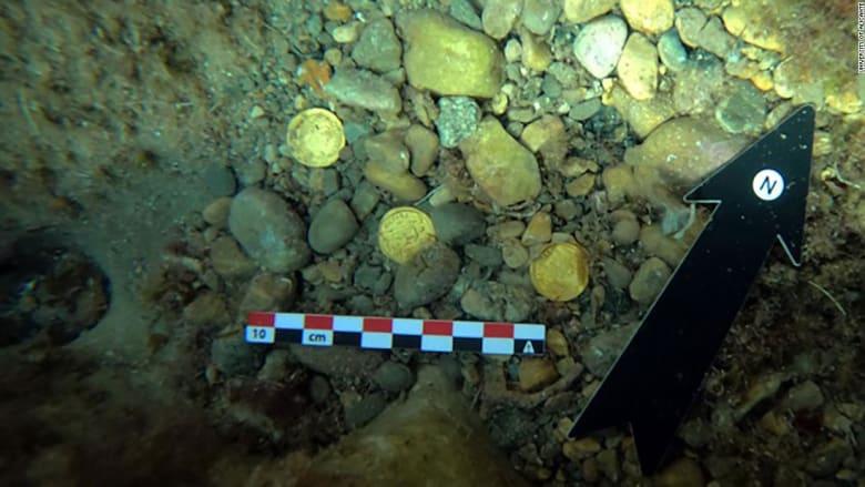 غواصون يكتشفون أحد أكبر مجموعات العملات المعدنية الرومانية بأوروبا