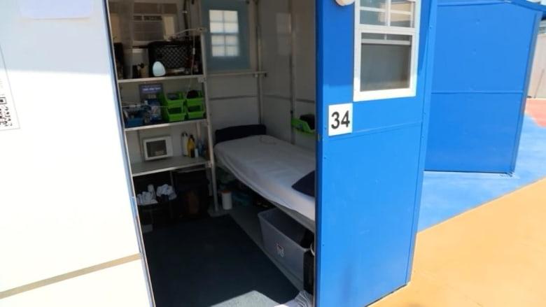 """سرير وتكييف وخزانة.. منازل صغيرة لإيواء المشردين تمنحهم """"الكرامة"""""""