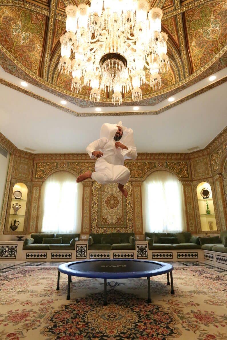 بين ألعاب الملاهي ونفخ البالونات.. كيف كسر هذا السعودي الصورة النمطية لرجال الدين؟