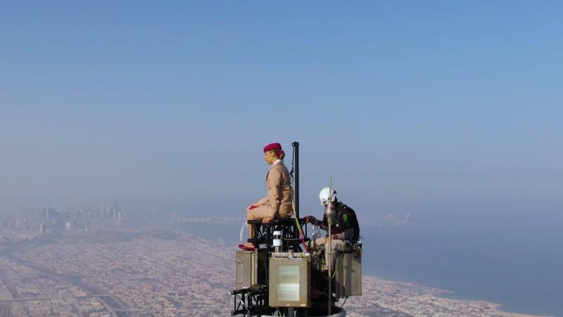 """""""مرحبا أمي أنا على قمة العالم"""".. طيران الإمارات تشارك كواليس إعلانها الجريء فوق برج خليفة بدبي"""