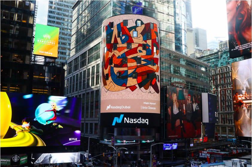 """من هو السعودي الذي زينت لوحاته ساحة """"تايمز سكوير"""" بنيويورك؟"""