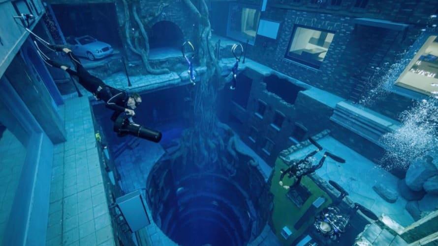 """تعال في جولة سباحة في """"ديب دايف دبي"""" أعمق حوض غطس في العالم"""