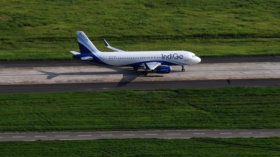 الهند تكسر عقلية العائلات التقليدية.. وتعلم الإناث التحليق في قطاع الطيران