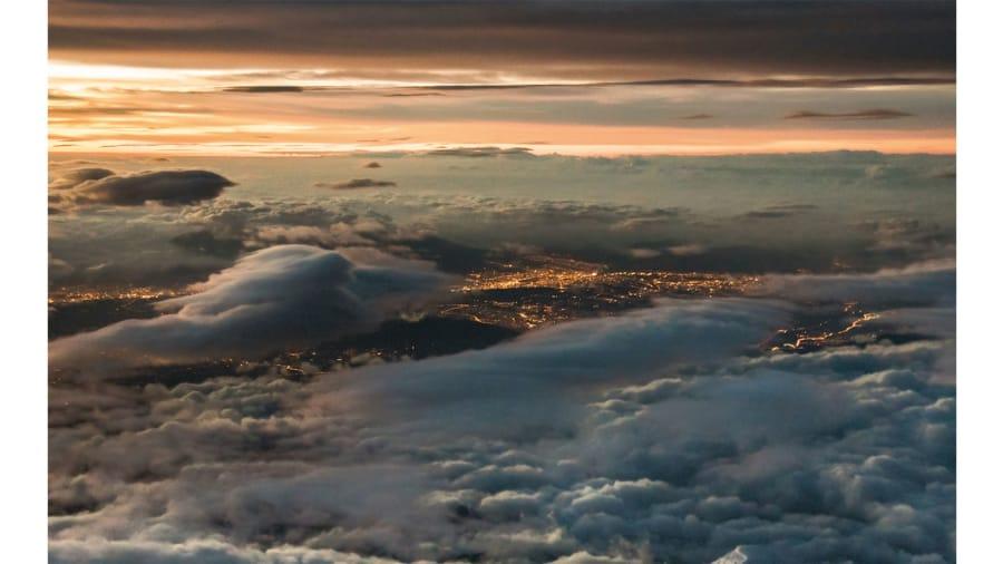 """تعرّف إلى """"طيار العواصف"""" الذي يرى ما يعجز الكثيرون عنه في السماء"""