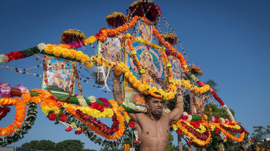 هل ستجرؤ على ثقب جلدك والمشي فوق الجمر بهذا المهرجان السنوي؟