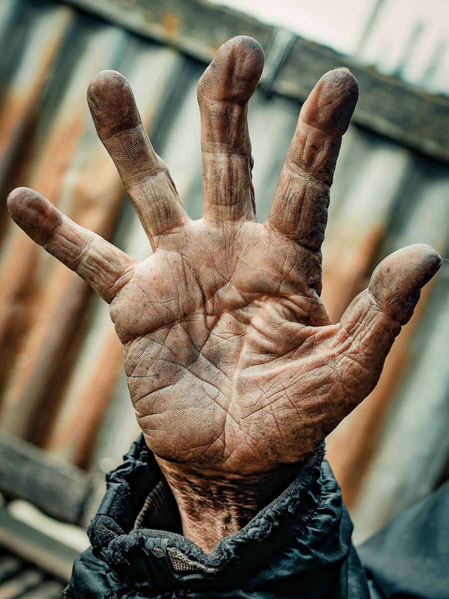 اقرأ قصص حياة الأشخاص في كف أيديهم مع هذا المصور
