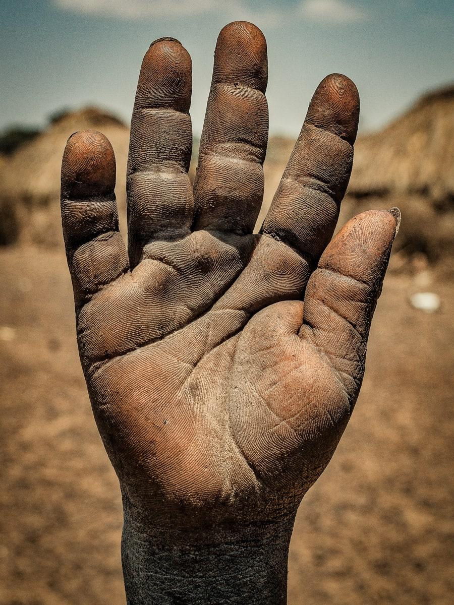 قصص اشخاص من كف يدهم
