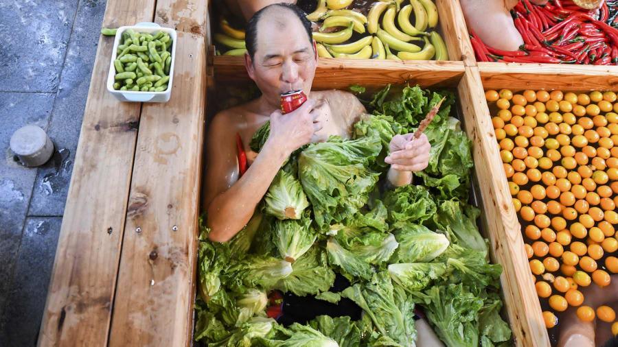 """الصين تدعو السياح إلى الاستمتاع بـ""""وعاء ساخن من البشر"""""""