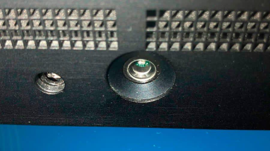 هل بإمكان عدسات الكاميرا الصغيرة الموجودة على مقاعد الطائرات التجسس على المسافرين؟