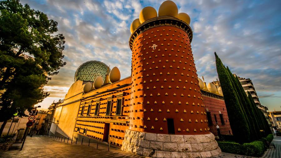 متحف دالي المسرحي.. هل هذا أغرب متحف في أوروبا؟