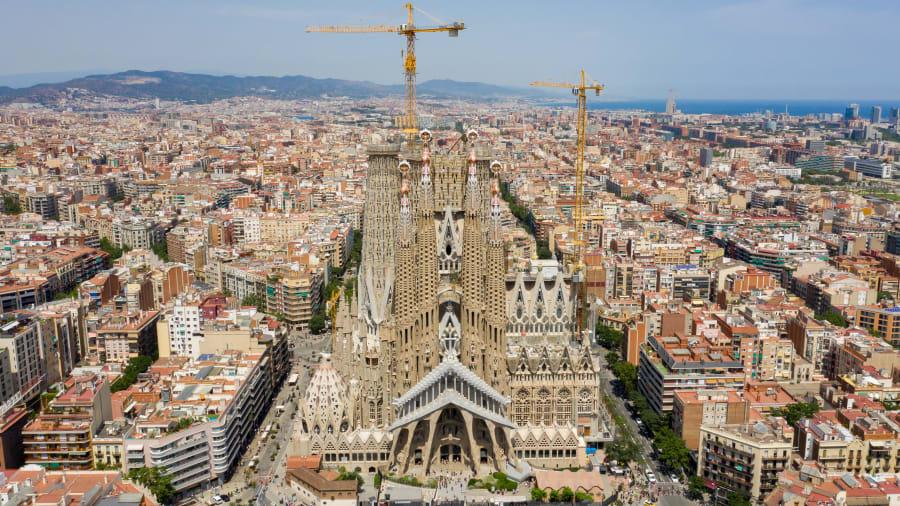 كنيسة ساغرادا فاميليا في برشلونة