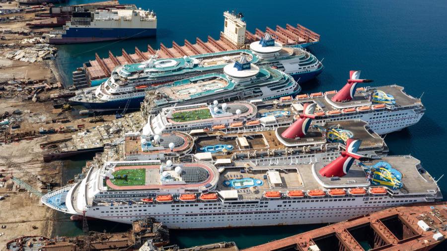 صور جوية تعكس واقعاً مريراً للسفن السياحية بظل كورونا