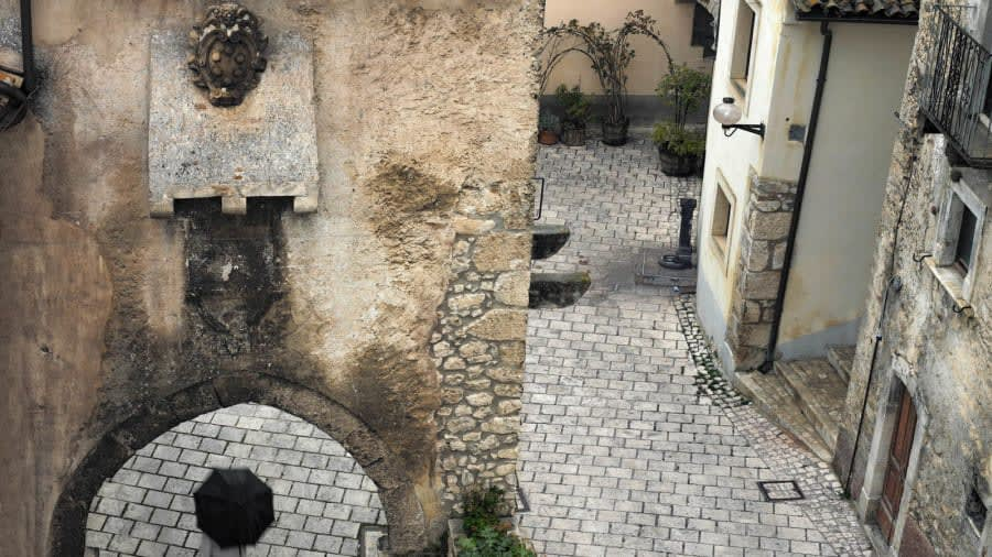 فندق متناثر في قرية إيطالية مهجورة يوفر الأجواء المثالية لعصر كورونا