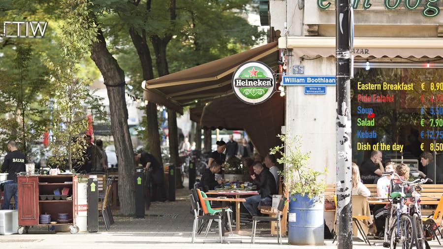 """شارع """"ويت دي ويثسترات"""" في مدينة رتردام، هولندا"""