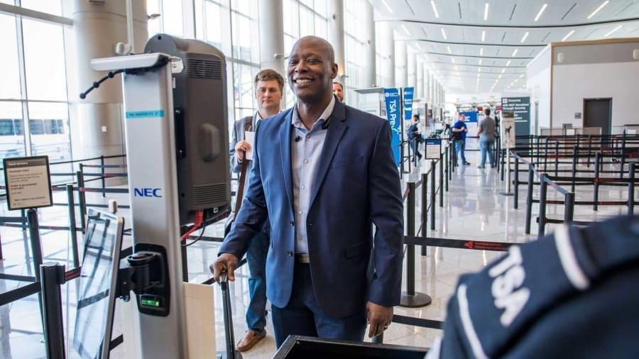 بعد الممر الذكي.. البوابة الذكية بمطار دبي: 7-13 ثانية لإنجاز إجراءاتك