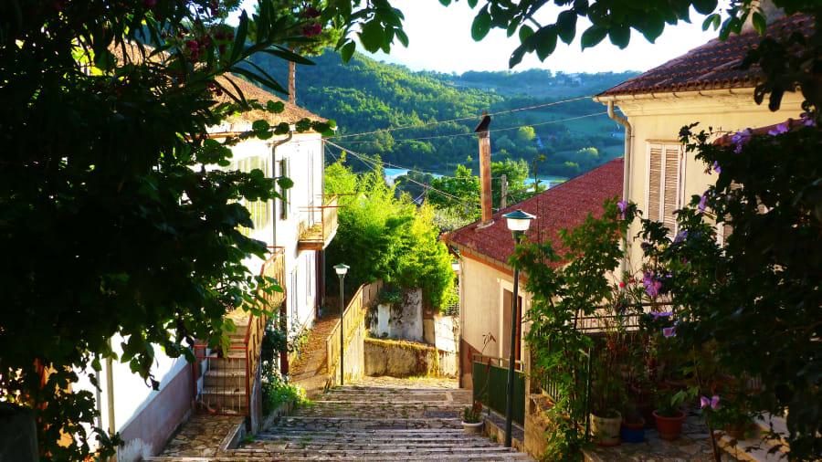 لماذا يشتري الناس منازلاً بدولار واحد في إيطاليا؟