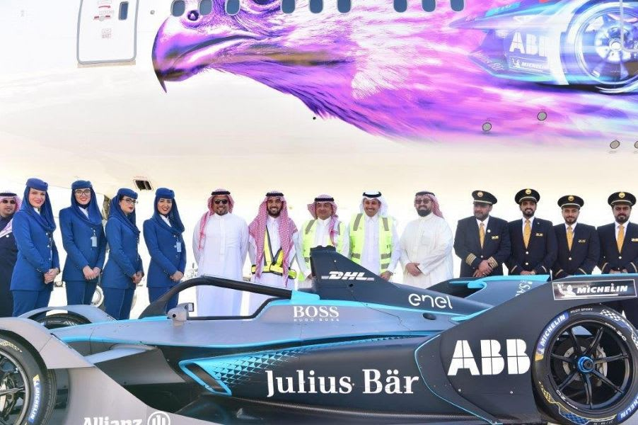 """الخطوط السعودية تكشف عن طائرة سباق """"فورمولا-إي-الدرعية"""""""