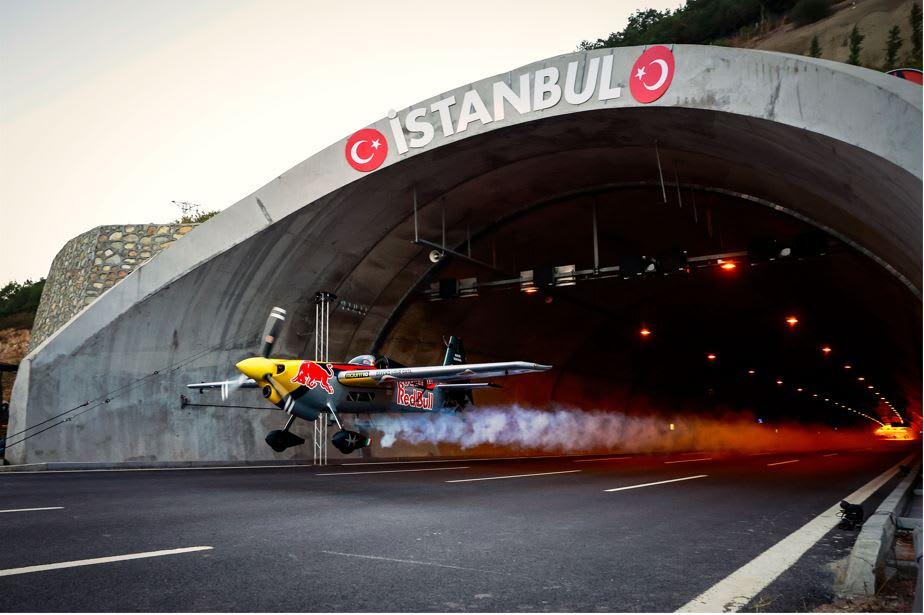 طيار إيطالي يحلق بطائرته داخل نفق للسيارات في تركيا