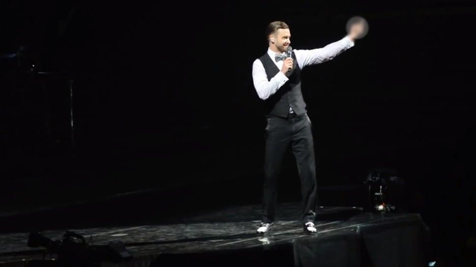 بالفيديو.. تيمبرليك يحول الاستهزاء به في حفله الموسيقي إلى مزحة
