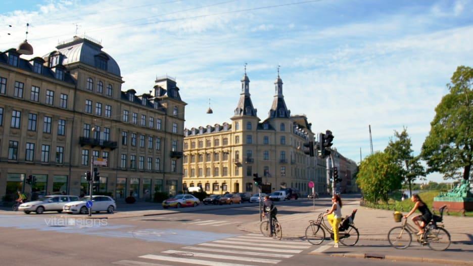 ما الذي جعل الدنمارك أسعد البلدان؟ وكيف يعيش الناس حياتهم؟