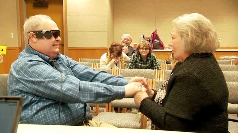 شاهد لحظة رؤية رجل أعمى لزوجته لأول مرة منذ عقد