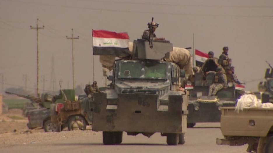 """بالفيديو.. قوات الأمن العراقية والحشد الشعبي يحتفلون قرب تكريت بتحرير """"العلم"""" من قبضة """"داعش"""""""