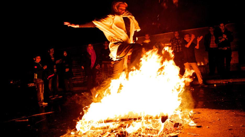 """لماذا الاحتفال بالنوروز والقفز فوق النار وما سر """"السين السبع""""؟"""
