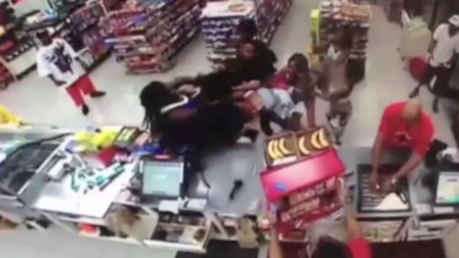 بالفيديو.. مشاجرة لسيدات في محطة وقود تتوسع وتخرج عن السيطرة