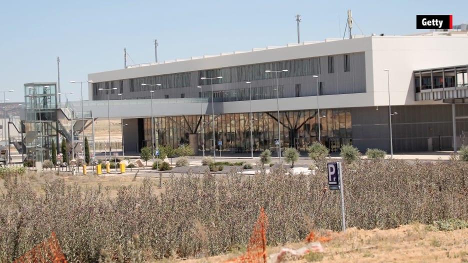 """بالفيديو.. """"مطار الأشباح"""" في اسبانيا .. تكلف الملايين وبيع بـ 11 ألف دولار فقط!"""