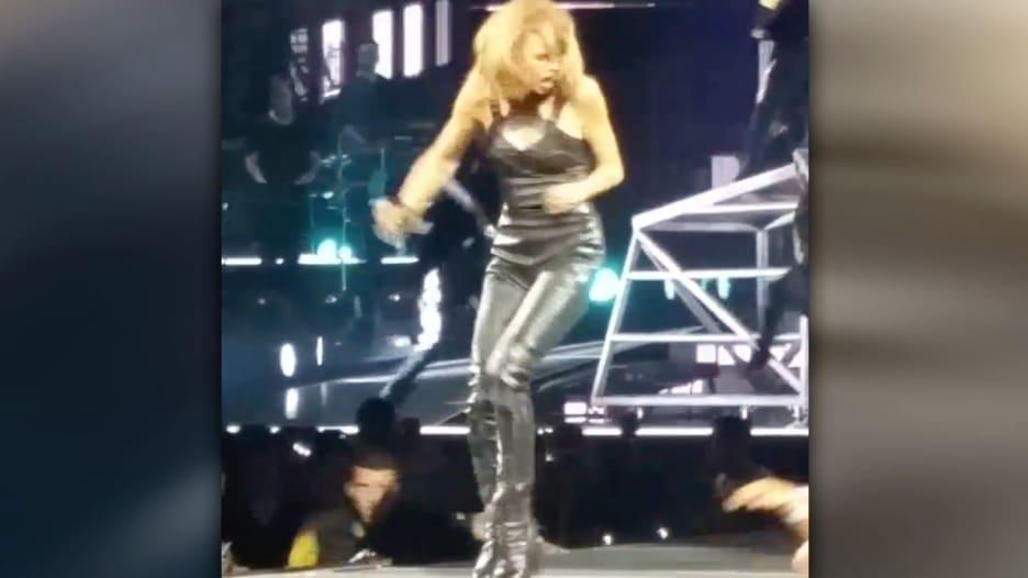 شاهد بالفيديو.. تايلور سويفت تصاب بالفزع بعد إمساك أحد معجبيها بقدمها على المسرح