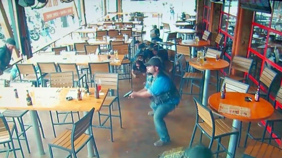 شاهد.. CNN تحصل على فيديو جديد لمشاجرة دامية بالأسلحة داخل مطعم أمريكي بين راكبي الدراجات النارية