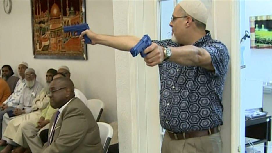 """شاهد.. دروس في حماية النفس من إطلاق النار في مساجد أمريكية وسط تصاعد """"الإسلاموفوبيا"""""""